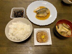 シンプルな食事 ご飯と味噌汁 魚